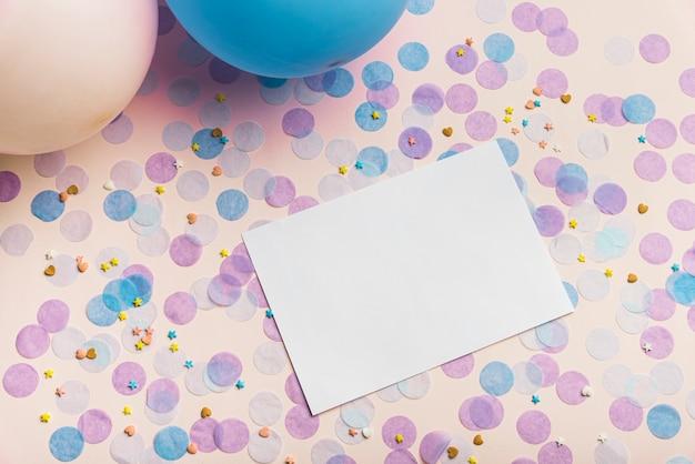 Ballonnen en confetti op gele achtergrond met kopie ruimte Gratis Foto
