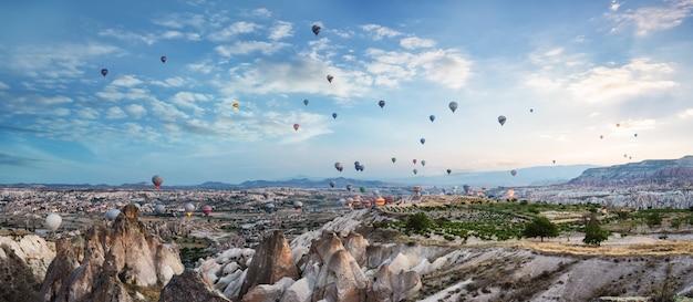 Ballonnen in de lucht boven cappadocië Premium Foto