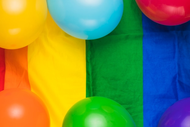 Ballonnen op gestreepte regenboogvlag Gratis Foto
