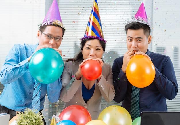 Ballonnen opblazen Premium Foto