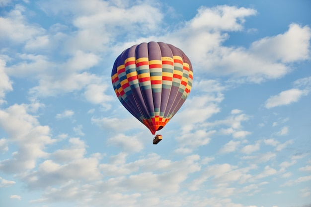 Ballonvlieg in ochtend in de hemel in stralen dageraadzon Premium Foto