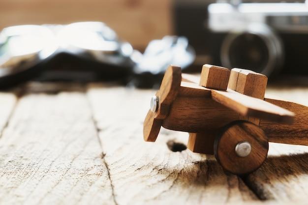Balsa houten model vliegtuig op bureau met kopie ruimte reis concept Gratis Foto