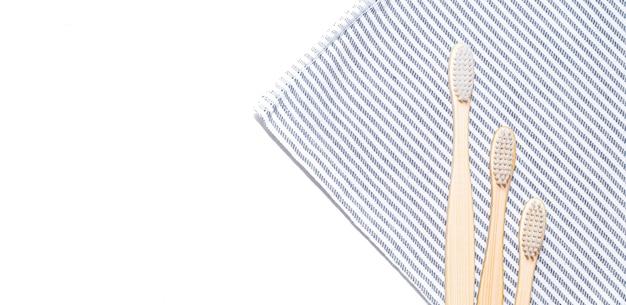 Bamboe tandenborstel op een handdoek. Premium Foto