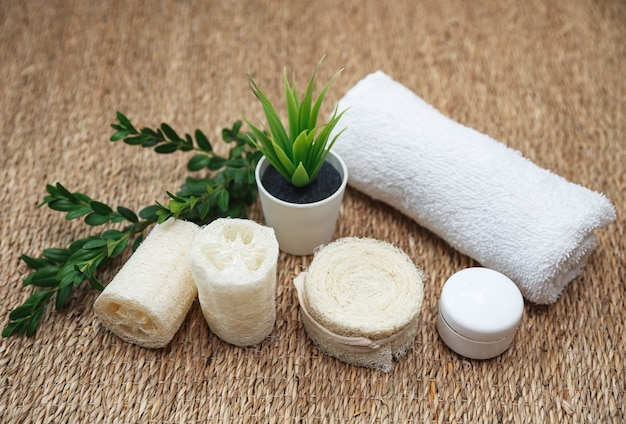 Bamboe tandenborstels, witte handdoek, luffa spons, handgemaakte biologische zeep met groene aloë. milieuvriendelijke badkamer- en hygiëneaccessoires. Premium Foto