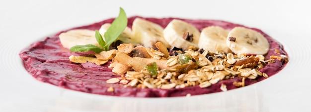 Banaan gezond ontbijt en organische deegwaren op plaat Gratis Foto