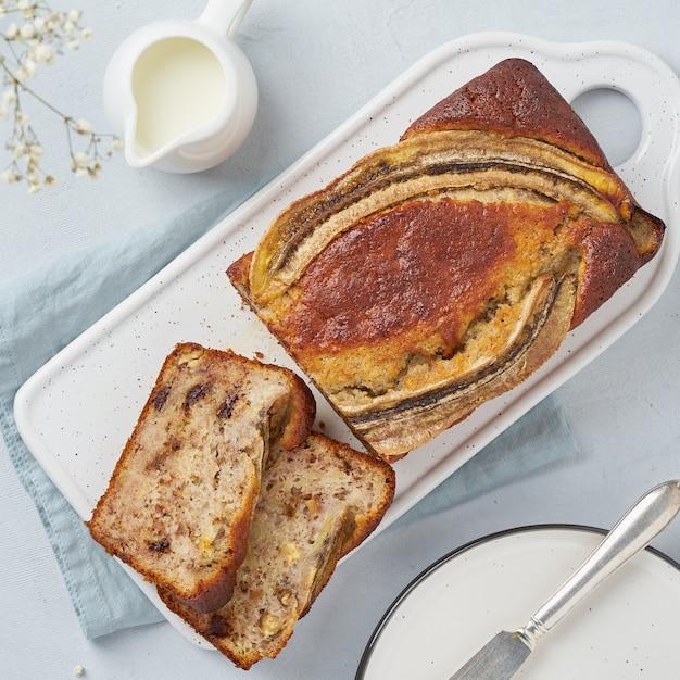 Bananen brood. gesneden cake met banaan, chocolade, walnoot. traditionele amerikaanse keuken. bovenaanzicht Premium Foto