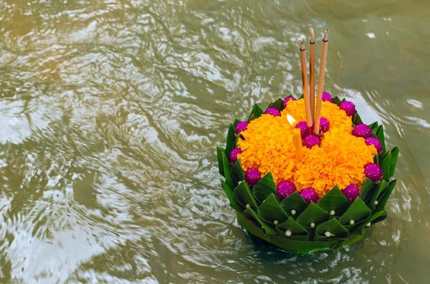 Bananenblad krathong die op rivier voor de volle maan van thailand of loy krathong-festival drijven. Premium Foto