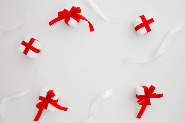 Banden en kerstcadeaus op witte achtergrond met copyspace in het midden Gratis Foto