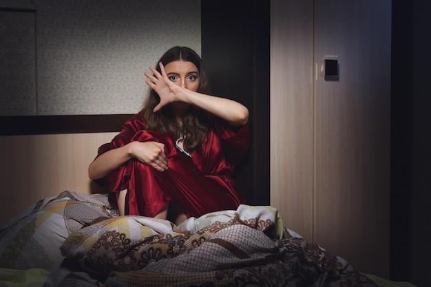 Bang geworden wanhopige vrouw in de slaapkamer. sociaal geweld. Premium Foto