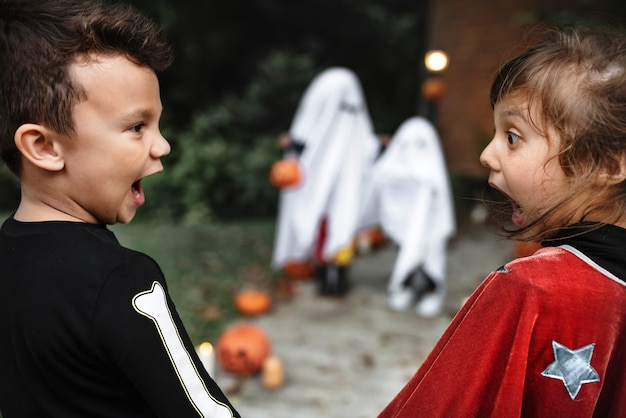 Bang kleine kinderen op halloween Gratis Foto