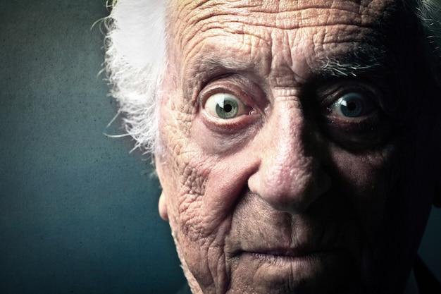 Bang uitdrukking van een oude man Premium Foto
