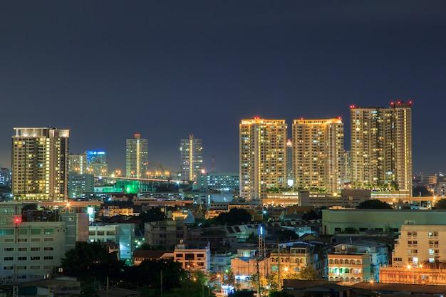 Bangkok cityscape, zakendistrict met hoog gebouw in de schemering (bangkok, thailand) Premium Foto