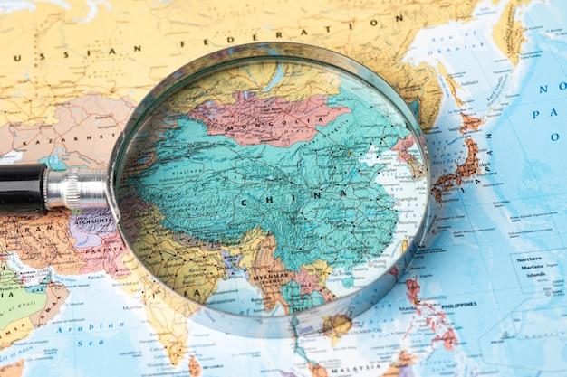 Bangkok, thailand - 01 november 2020 china, vergrootglas close-up met kleurrijke wereldkaart Premium Foto