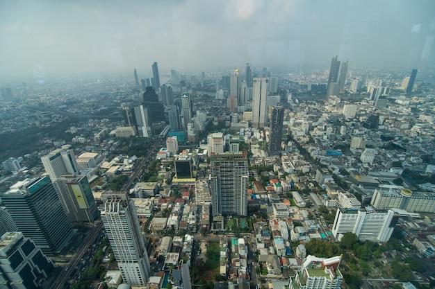 Bangkok, thailand - januari 2020: panoramisch uitzicht op de skyline van bangkok van bovenaf van the peak of the king power mahanakhon, 78 verdiepingen wolkenkrabber, het hoogste observatiegebied in thailand Gratis Foto