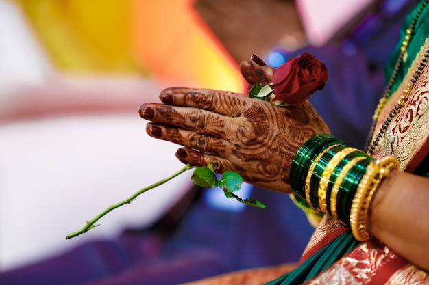 Bangles bruid hand Premium Foto