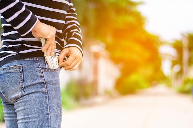 Bankbiljet in de jeanszak van een vrouw Premium Foto