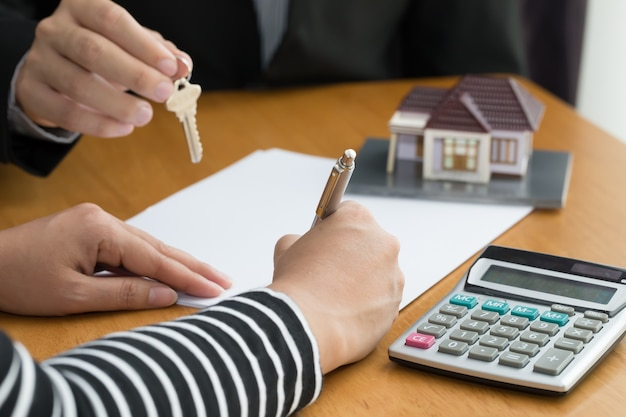 Banken keuren leningen om huizen te kopen goed. onroerend goed concept Premium Foto