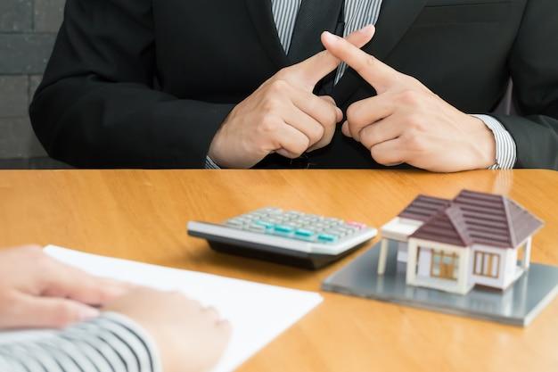 Banken weigeren leningen om huizen te kopen. onroerend goed concept Premium Foto