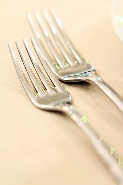 Bankettafel met restaurant serveren Gratis Foto