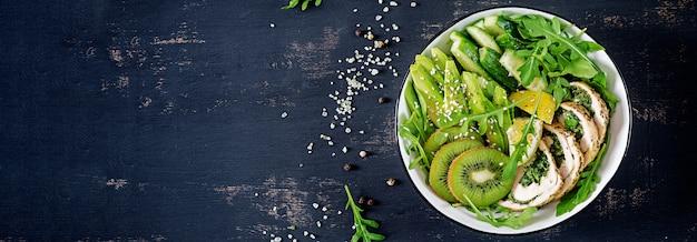 Banner. boeddha schaal met kipfilet, avocado, komkommer, verse rucola en sesam. Gratis Foto