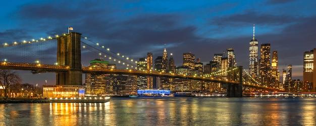 Banner en dekkingscène van cityscape van new york met de brug van brooklyn over de rivier van het oosten Premium Foto