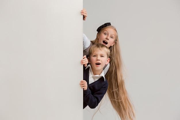 Banner met een verraste kinderen gluren aan de rand Gratis Foto
