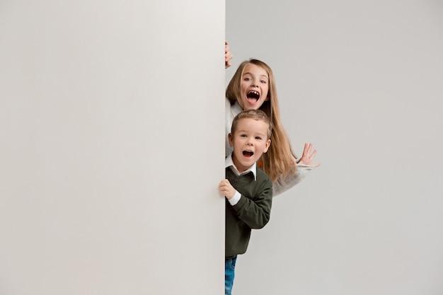 Banner met verraste kinderen die aan de rand gluren Gratis Foto