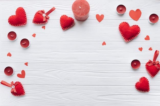 Banner voor valentijnsdag met decoratieve harten, kaarsen en geschenken Premium Foto