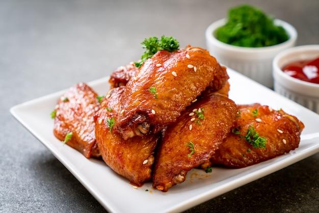 Barbecue kippenvleugels met witte sesam Premium Foto