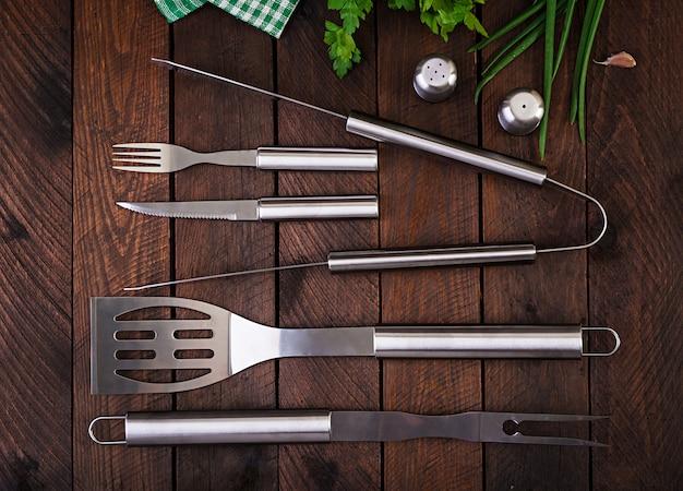 Barbecuehulpmiddelen op houten lijst Premium Foto