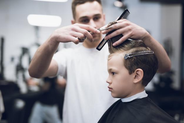 Barbershop kapper maken jongen kapsel Premium Foto