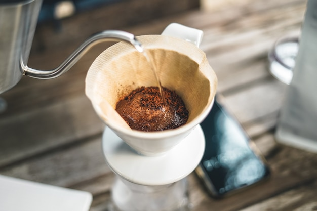 Barista druipende koffie en langzame koffiebar-achtige druppelkoffie Premium Foto