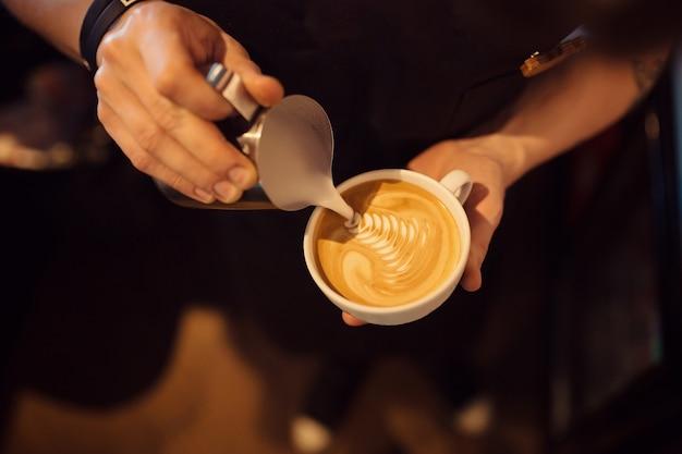 Barista op het werk in een koffieshop Gratis Foto