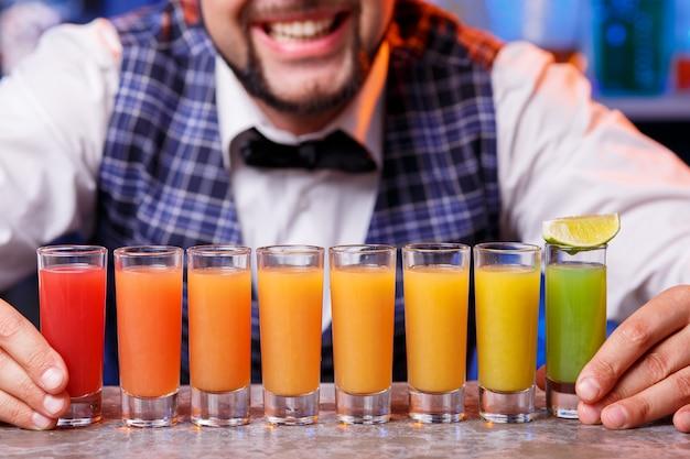 Barman aan het werk, cocktails bereiden. Gratis Foto