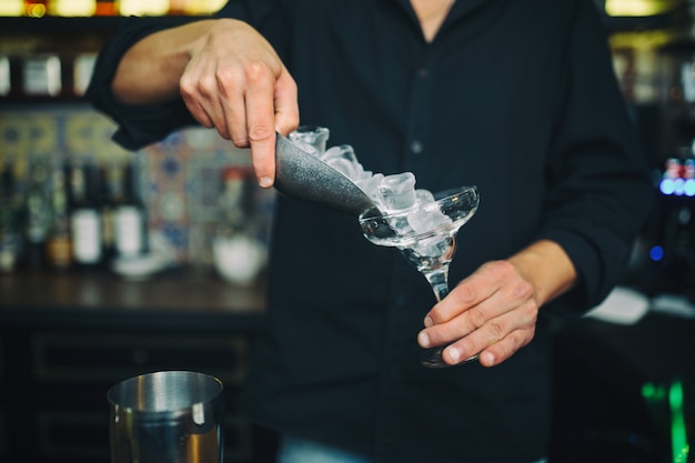 Barman aan het werk in de kroeg Gratis Foto