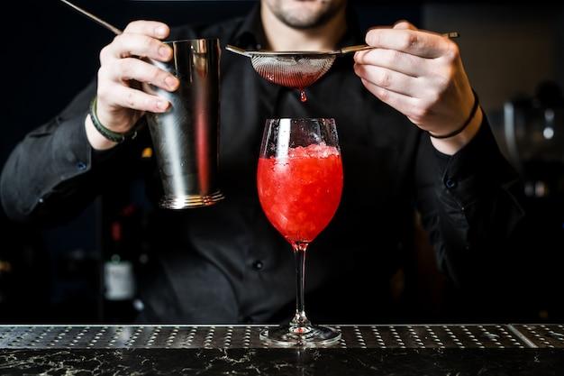 Barman bereidt margarita-cocktail, close-up voor Premium Foto
