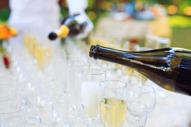 Barman gieten champagne in glazen Premium Foto
