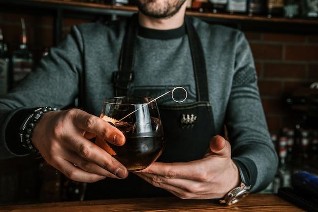 Barman met een cocktail Gratis Foto
