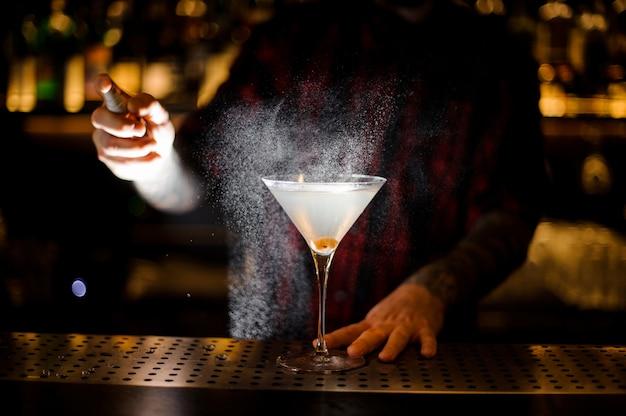 Barman sproeit bitter op het elegante glas Premium Foto