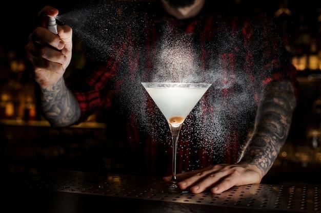 Barman spuiten bitter op het glas Premium Foto