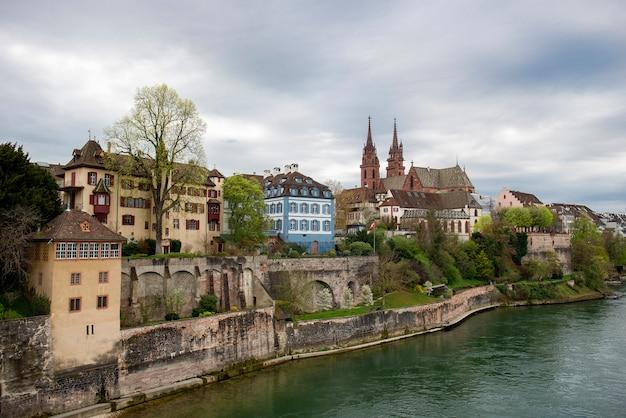 Basel, zwitserland. rijn en de kathedraal van munster, de middeleeuwse stad van de zwitserse bondsstaat Premium Foto