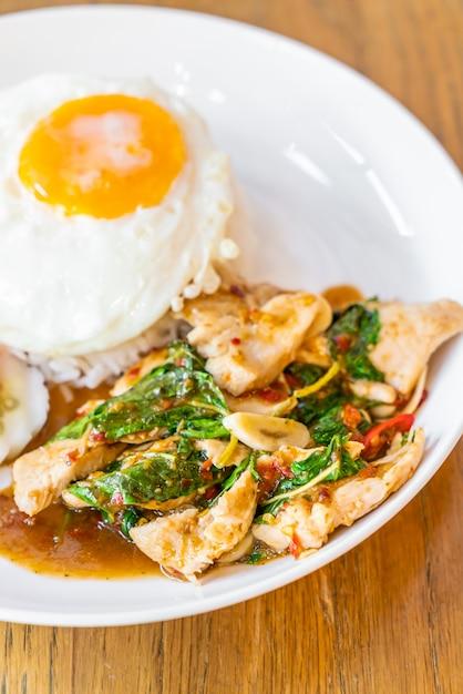 Basil fried chicken en gebakken ei met rijst Premium Foto