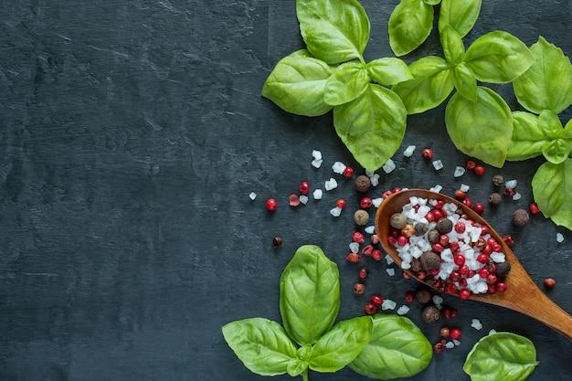 Basilicum knoflook en specerijen op stenen tafel Premium Foto