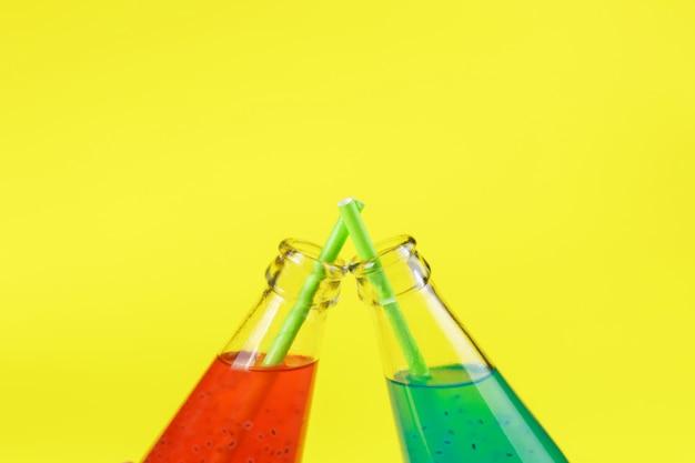 Basilicum zaaddrank in glazen flessen Premium Foto