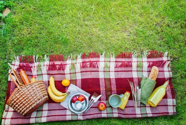 Basket food fruit check plaid picnic achtergrond Premium Foto
