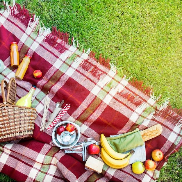 Basket setting food fruit geruit plaid picknickgras Premium Foto