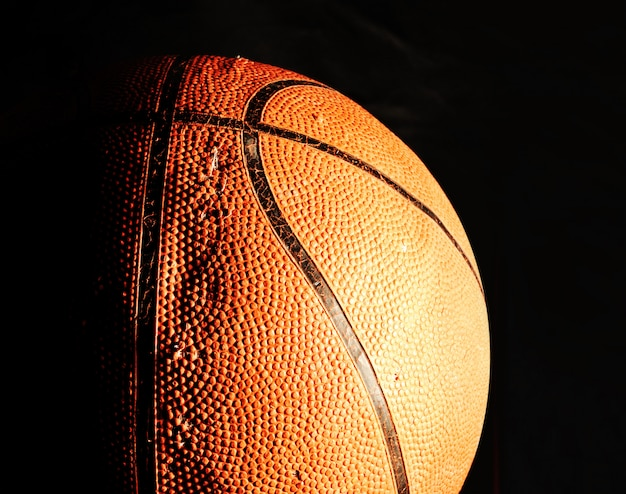 Basketbal bal in het donker Premium Foto