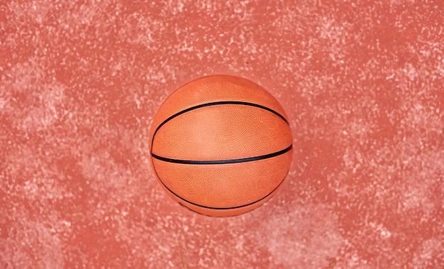 Basketbal dat op rode grond legt Premium Foto