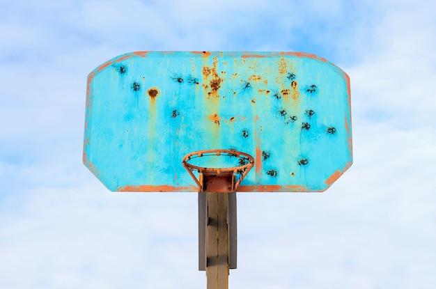 Basketbal hoepel tegen de hemel Premium Foto