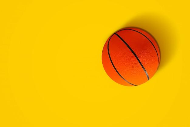 Basketbal in levendige kleuren Premium Foto